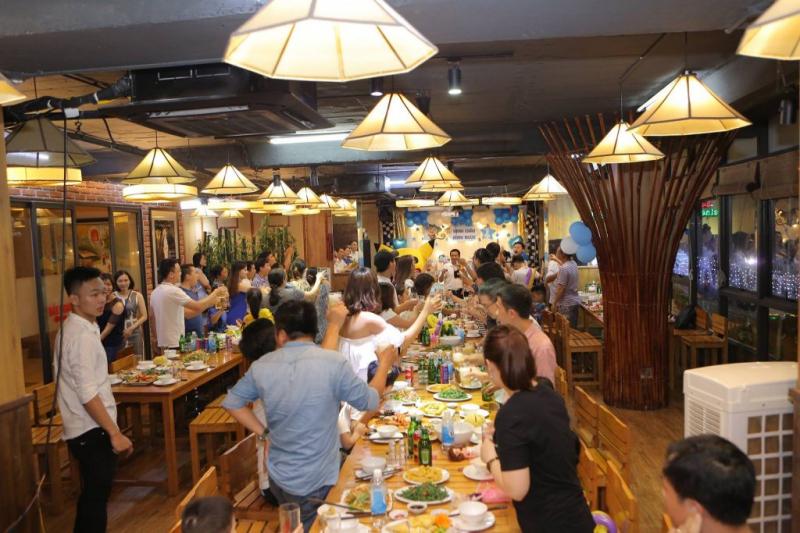 Nhà hàng Thiên Sơn với thiết kế độc đáo, không gian rộng rãi chuyên phục vụ đặc sản Tây Bắc sẽ là nơi tổ chức tiệc Tất niên khá hợp lý