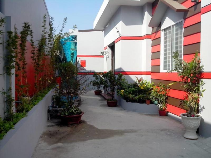 Không gian ở khách sạn luôn tràn ngập màu sắc thiên nhiên nhờ những chậu cây, bồn cây cảnh được bố trí ở các lối đi.