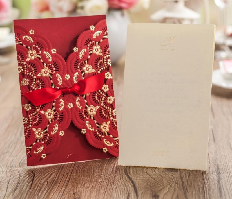 Thiệp cưới Laser với tông màu đỏ làm chủ đạo kết hợp với hoa văn được cắt tỉa tỉ mỉ