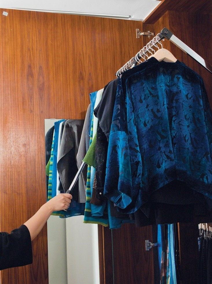 Tủ quần áo sát trần và sử dụng cây sào để dễ dàng lấy quần áo