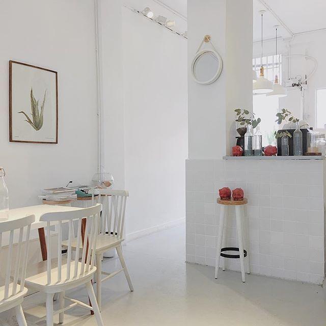 Không gian quán với tông màu trắng chủ đạo cùng với sự bày trí tinh tế đã làm nên những góc ảnh vạn người mê