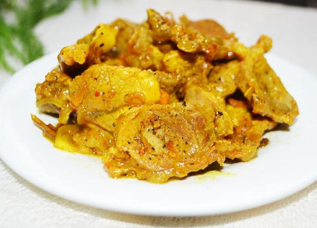 Miếng thịt mềm béo ngậy thơm mùi riềng và nghệ cùng với màu vàng óng của nghệ làm cho món ăn không chỉ ngon mà còn đẹp nữa.