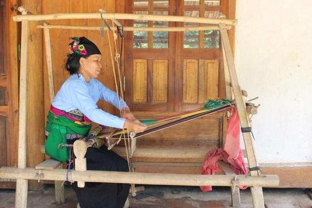 Công đoạn dệt vải của người dân tộc