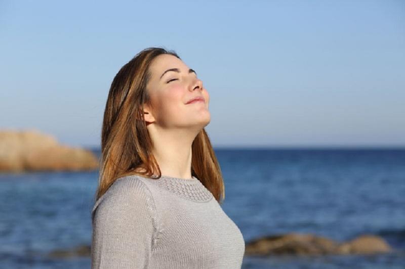 Hít thở sâu giúp cung cấp oxy lên não và giảm chóng mặt
