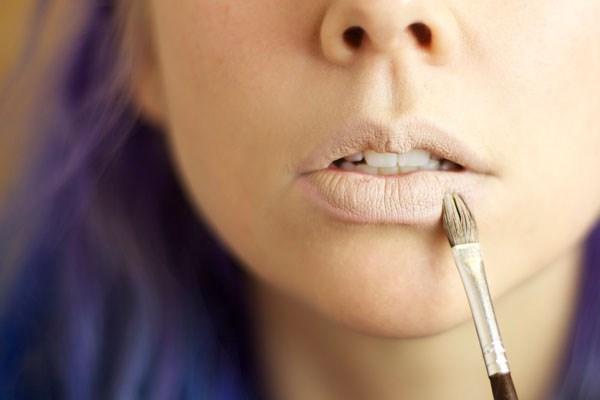 Không nên thoa quá dày kem nền vì sẽ khiến đôi môi bạn trông mất tự nhiên.