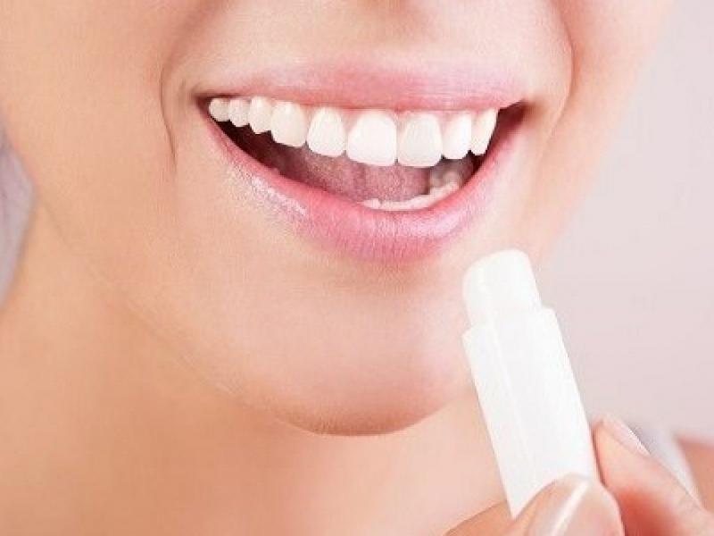 Dùng son dưỡng ẩm thoa đều lên môi, cũng giống như da mặt, sau khi tẩy tế bào chết, môi sẽ hấp thụ được kem dưỡng ẩm tốt hơn