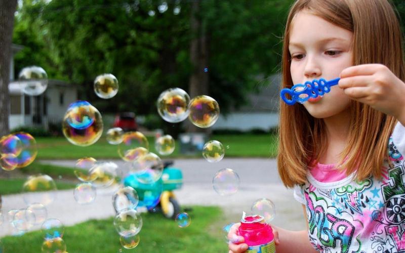 Thổi bong bóng với dầu rửa bát