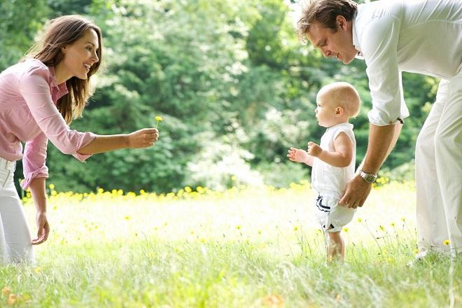 Trẻ dưới 3 tuổi có thể chọn hình thức đi bộ để rèn sức khỏe. (Nguồn internet)