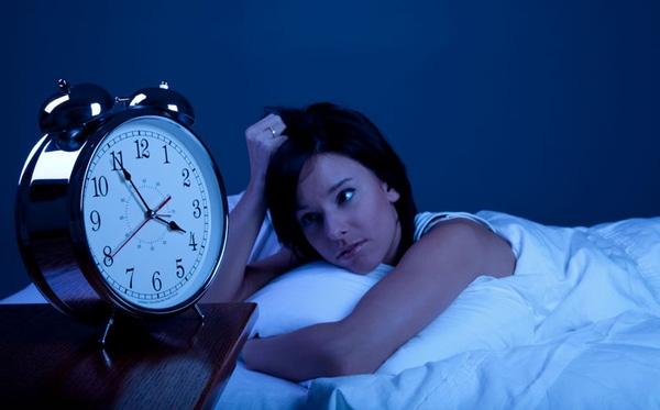Thức khuya dễ gây nổi mụn