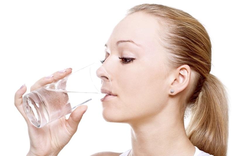 Uống nước thường xuyên giúp bảo vệ làn da của bạn