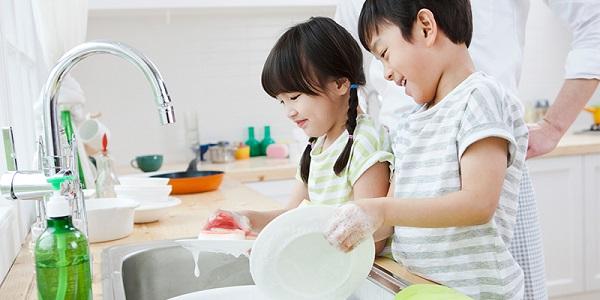 Làm việc nhà giúp tăng khả năng tự lập cho trẻ. (Nguồn internet)