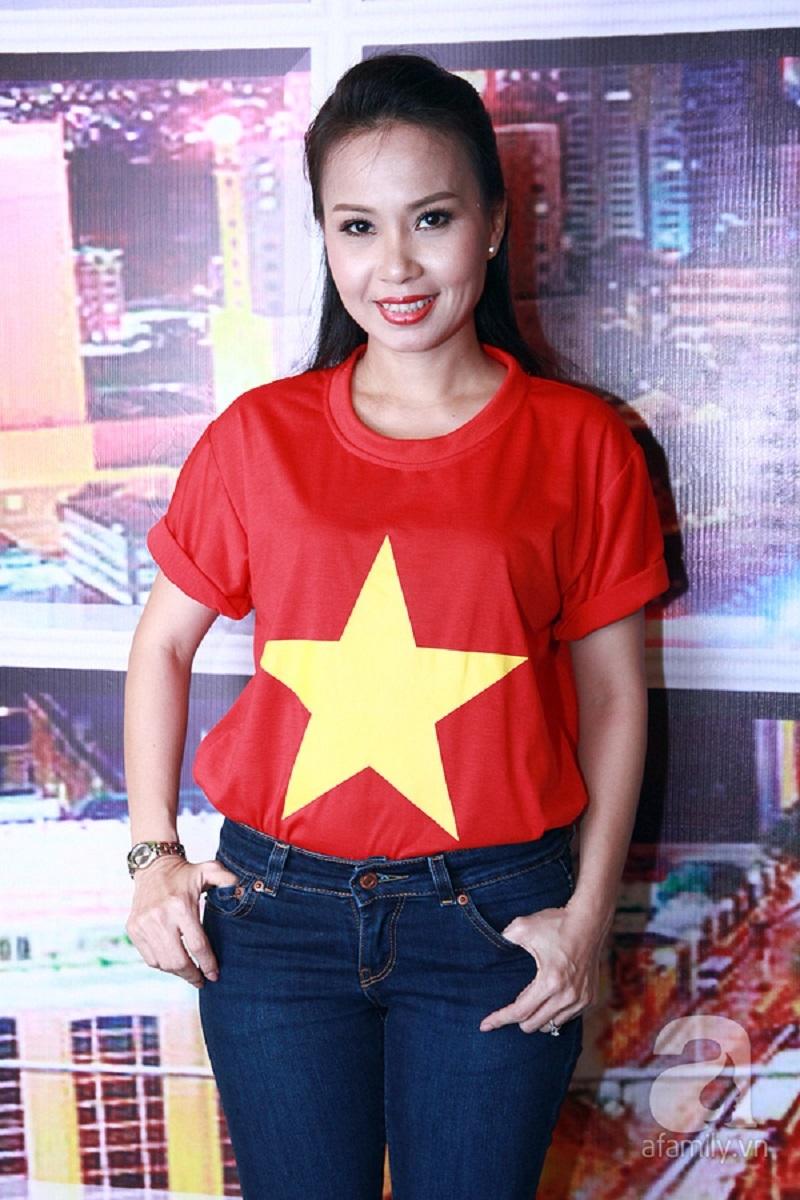 Ca sĩ Cẩm Ly trẻ trung, năng động với áo phông mang quốc kỳ Việt Nam