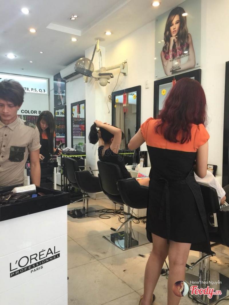 Salon chăm sóc mái tóc của khách hàng rất cẩn thận