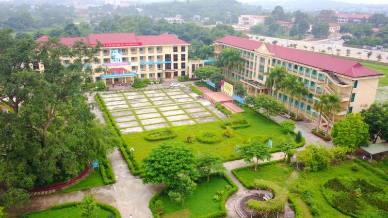 Khuân viên từ trên cao của trường THPT Nguyễn Văn Huyên