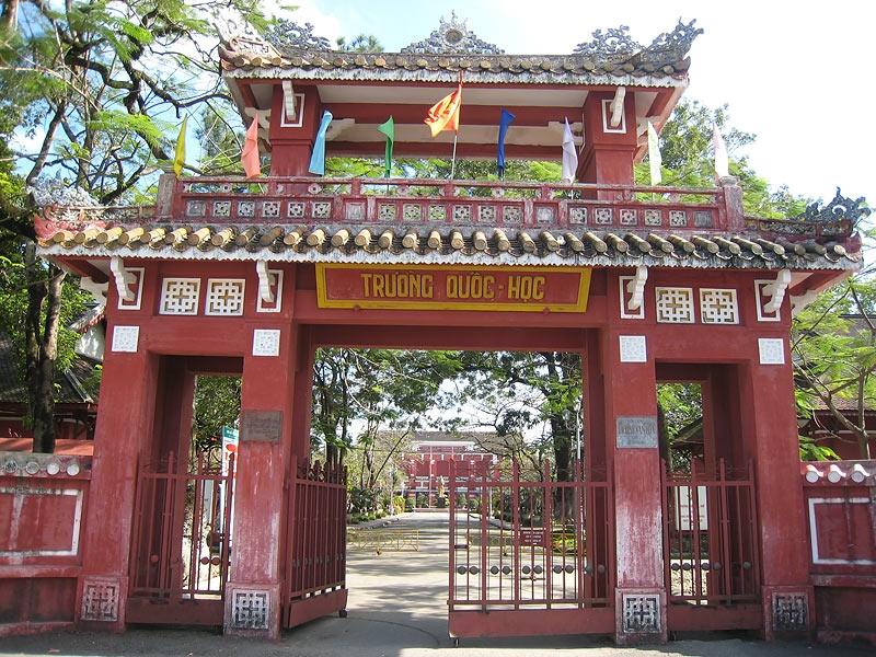 Cổng trường Quốc học Huế truyền thống lâu đời.