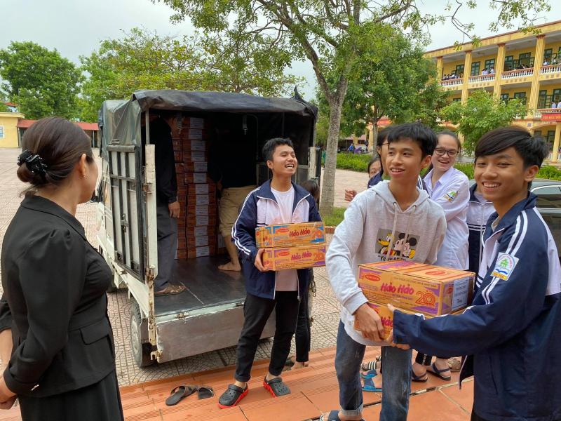 Ngày 02/11, Đoàn trường THPT Trần Hưng Đạo cùng các em học sinh đã bàn giao tổng cộng 215 thùng mì tôm cho Đội Thiện Nguyện tỉnh Hưng Yên để Đội Thiện Nguyện kịp thời mang đến tay bà con Miền Trung