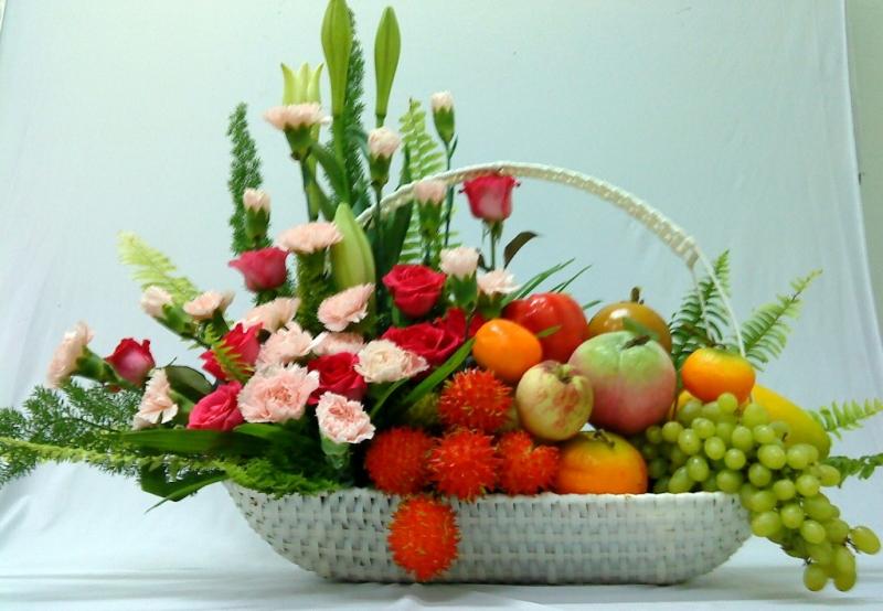 Thú chơi hoa và sửa soạn mâm ngũ quả