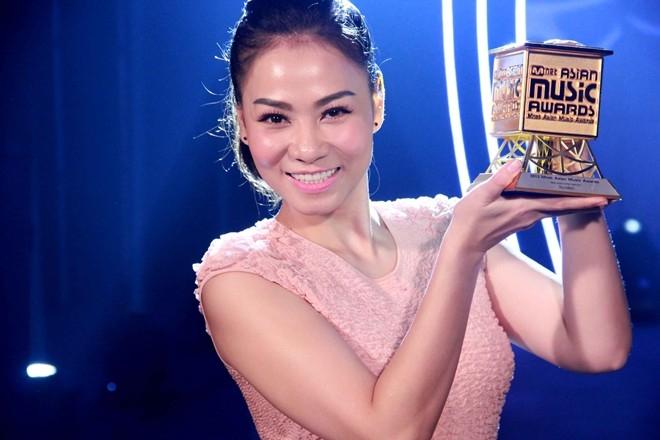 Thu Minh rạng rỡ khi nhận giải thưởng do MAMA trao tặng