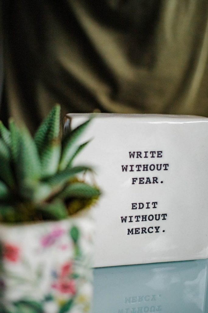 Nếu bạn mới bắt đầu viết, đừng vội bó mình vào một thể loại hay chủ đề.