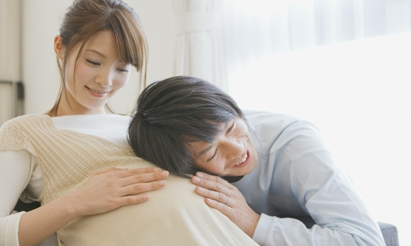 Thủ thỉ tâm sự với bé là cách để bé kết nối với các thành viên trong gia đình và phát triển thông minh