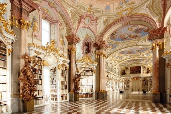 Thư viện Admont với phong cách cổ điển, sang trọng.