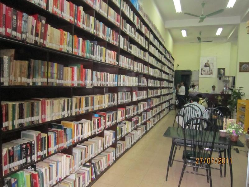 Giá sách rất nhiều sách