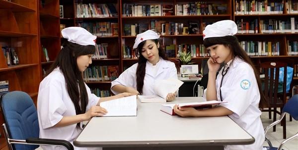 Sinh viên Đại học dược nghiên cứu tài liệu tại thư viện