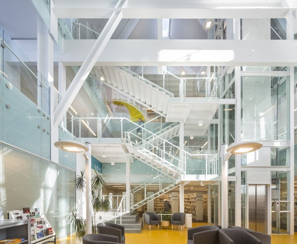 Không gian bên trong của thư viện Monique Corriveau.