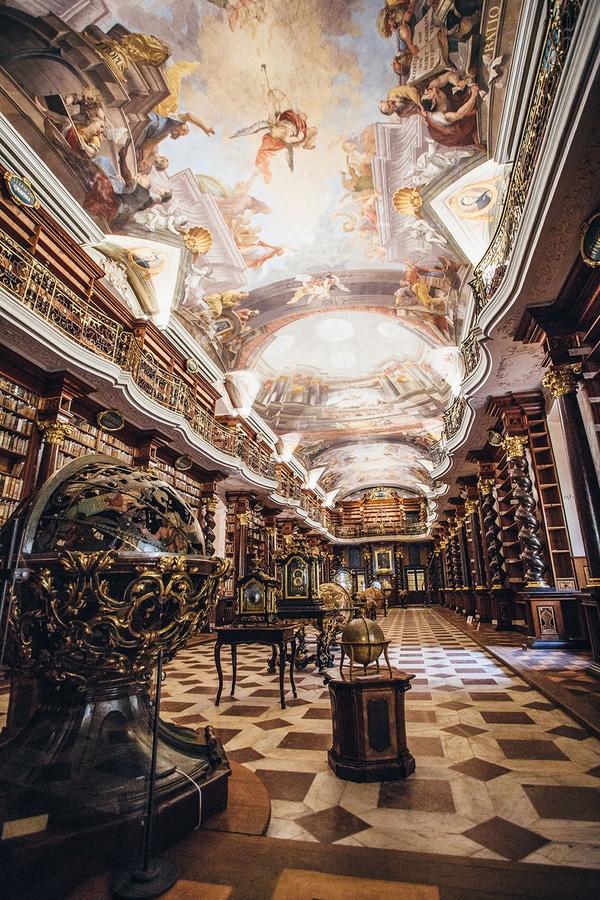 Kho tàng tri thức này chứa tới hơn 20 nghìn cuốn sách và được thiết kế theo phong cách kiến trúc Baroque nổi tiếng vào thế kỷ 17.