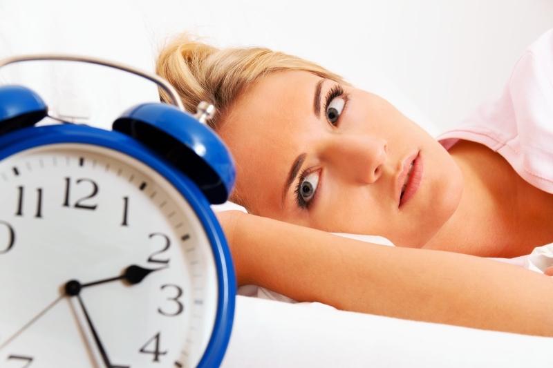 Thức khuya là một trong những nguyên nhân ảnh hưởng vô cùng xấu đến làn da của của chị em phụ nữ