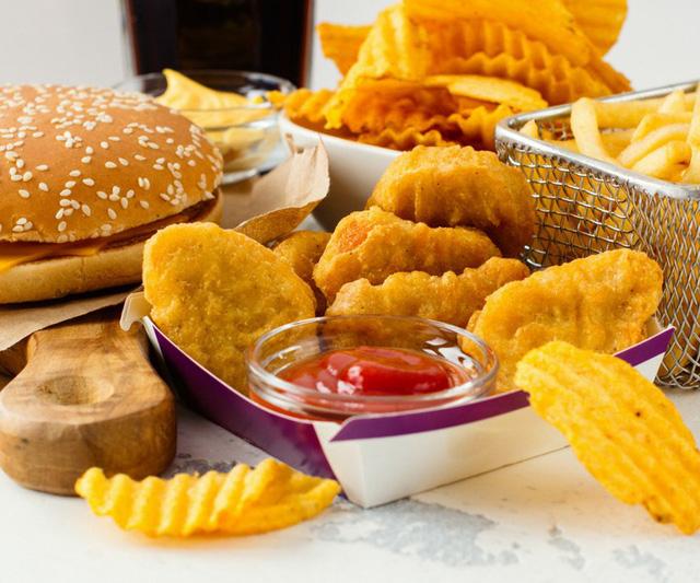 Thực phẩm béo sẽ ảnh hưởng đến hóc-môn của bạn, dẫn đến chứng chuột rút và có thể khiến bạn cảm thấy chóng mặt