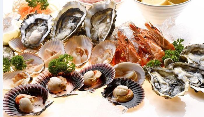 Thức ăn chứa nhiều selen có trong cá tôm, các loại sò, hến và các món ăn bằng bột mì, gạo lứt, đậu tương, vừng, ớt, tỏi, hành tây, nấm, rau mã thầy, cà rốt,...