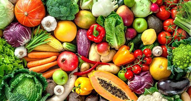 Beta caroten có nhiều trong rau củ có màu, đặc biệt là màu cam, xanh và đỏ như cà rốt, gấc, đu đủ, cà chua, bí đỏ, khoai lang,...