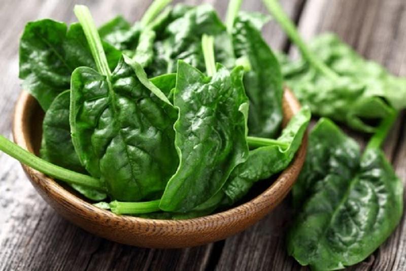 Rau chân vịt chứa nhiều acid folic và sắt giúp ngăn ngừa chứng chóng mặt