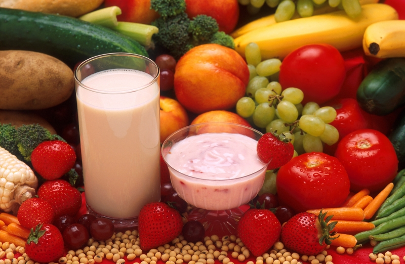 Vitamin A có trong  trứng gà, sữa, các loại rau củ màu đỏ, quả gấc, dầu gấc, cà rốt, đu đủ,...