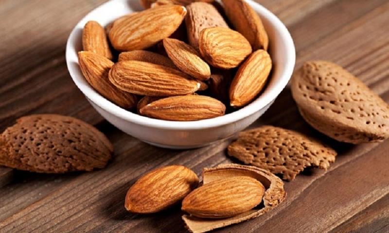 Hạnh nhân chứa các chất chống oxy hóa và chất béo không bão hòa đơn, theo nghiên cứu nó có thể giúp giảm nguy cơ mắc bệnh tim mạch