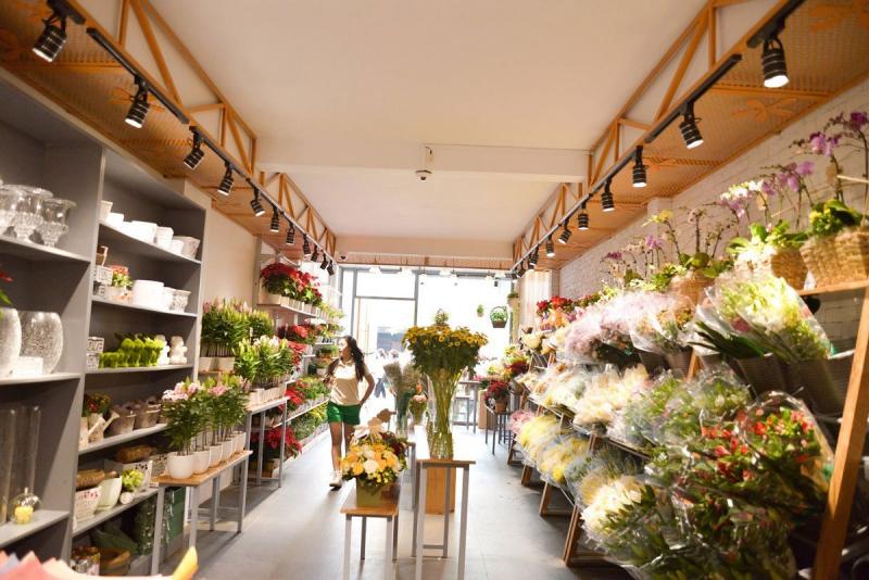 bán hoa tươi còn bao hàm những yếu tố nghệ thuật nên trong việc bài trì cửa hàng bạn cũng cần làm sao để toát lên điều ấy.