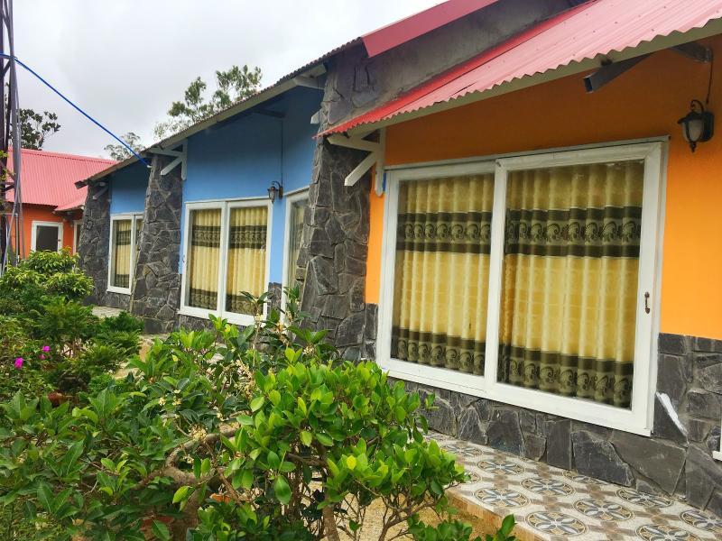 Homestay là những căn nhà gỗ được thiết kế đầy sắc màu, vô cùng rực rỡ, bắt mắt