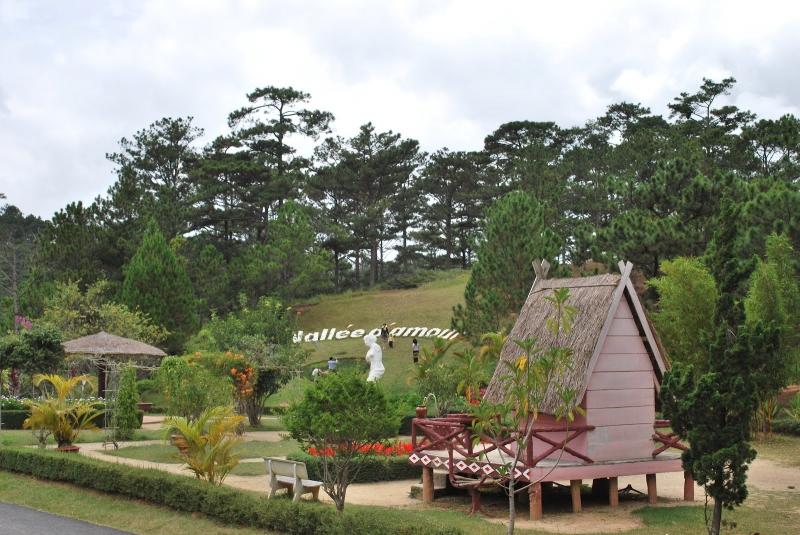 Nằm cách trung tâm thành phố Đà Lạt 5km về phía Bắc, thung lũng tình yêu là một khu du lịch đầy thơ mộng và lãng mạn.