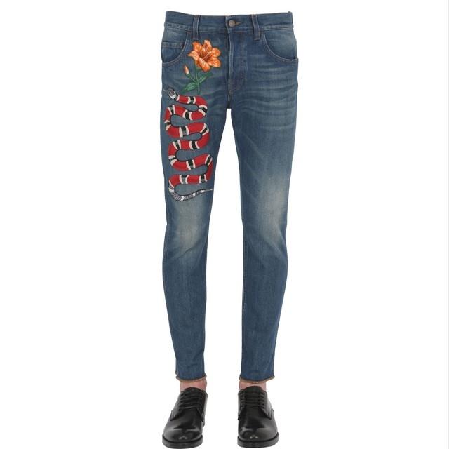 Đến nay, trong tủ đồ của những người yêu thích Gucci đều có một chiếc quần bò với những hình thêu trang trí.