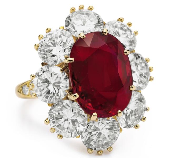 Chiếc nhẫn bằng kim cương và hồng ngọc quý giá do Van cleef & arpels thiết kế và chế tạo.