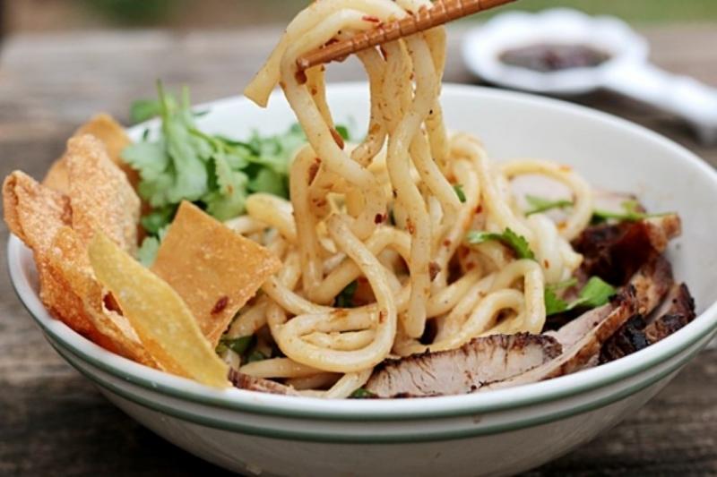 Cao Lầu là một món ăn rất phổ biến và nổi tiếng ở phố Hội