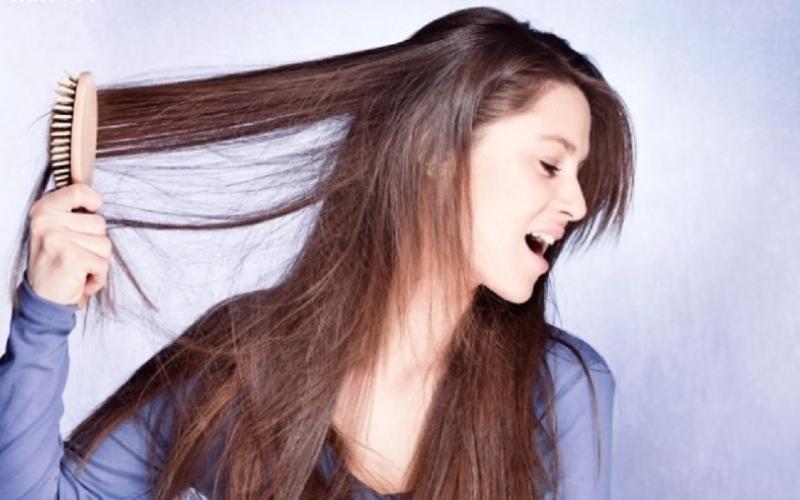 Thường xuyên chải tóc mạnh tay