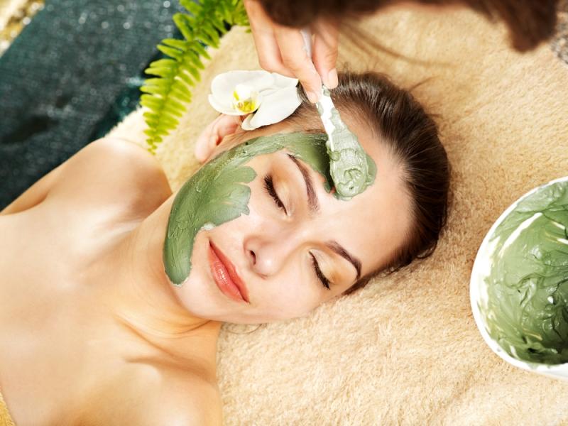 Đắp mặt nạ giúp cấp ẩm cần thiết và dưỡng da mịn màng và ngăn ngừa mụn xuất hiện.