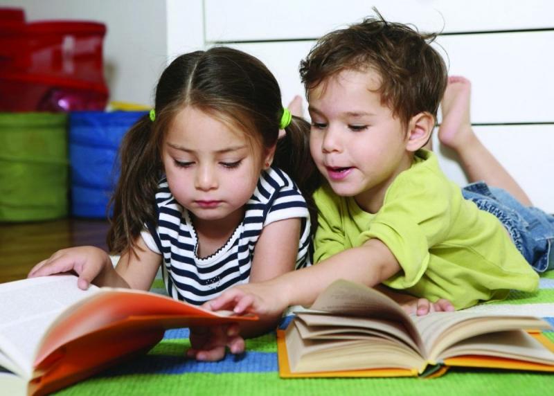 Cha mẹ nên thường xuyên đọc sách cho con và khuyến khích con tự học.