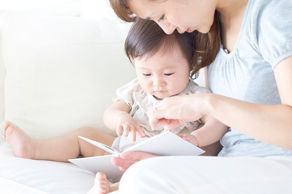 Bạn nên thường xuyên đọc sách cho con nghe.