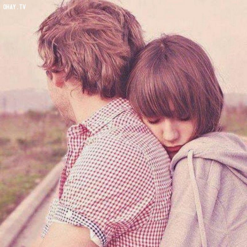 Thường xuyên ôm chặt lấy bạn từ đằng sau
