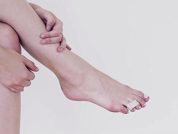 Thường xuyên sử dụng dép xỏ ngón, giày boots