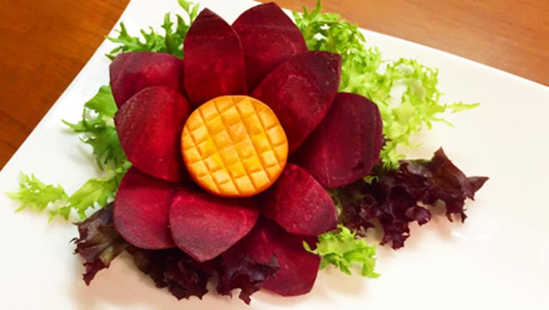Tỉa hoa đơn giản từ củ dền