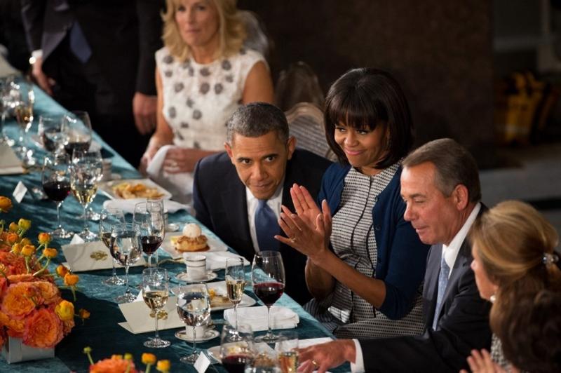 Ông Obama trò chuyện cùng Chủ tịch Hạ viện John Boehner trong buổi tiệc trưa năm 2013